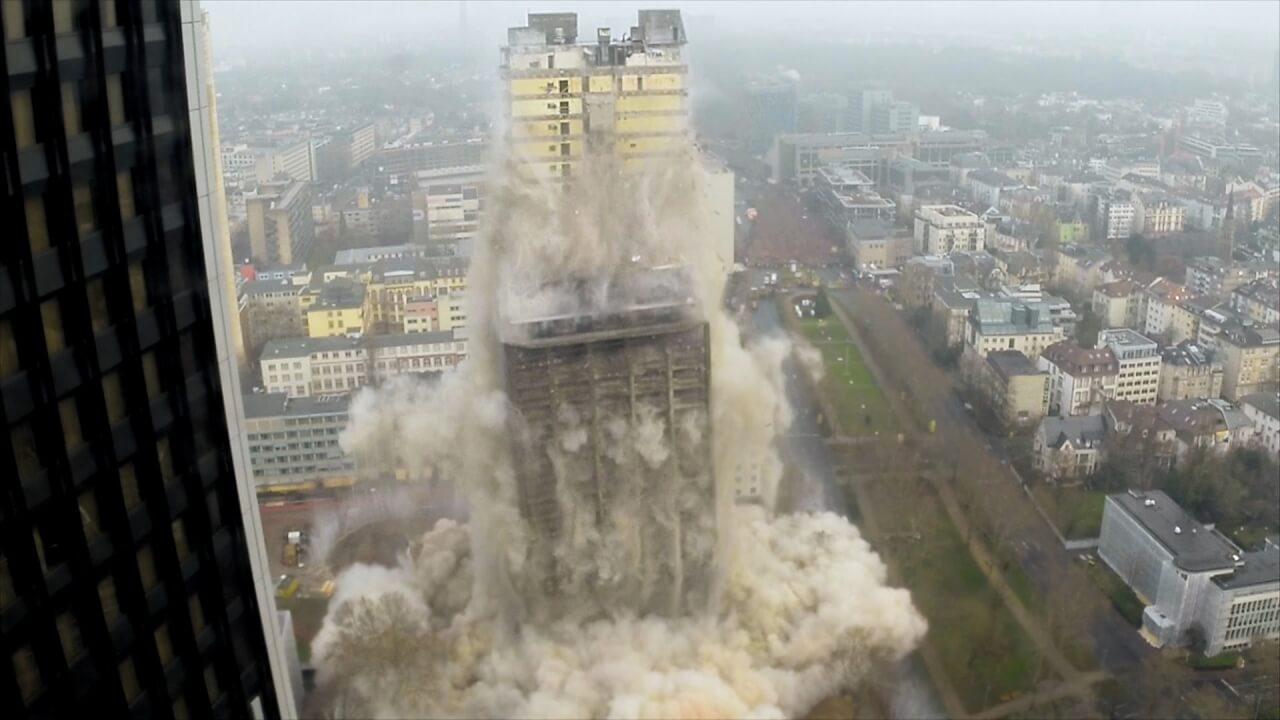 一瞬にして消える高さ116メートルのビル~ドイツ・フランクフルトの爆破解体~