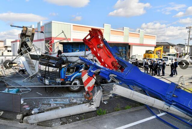 愛知県で解体作業のクレーン車転倒、看板重くバランス崩す事故発生